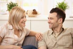 Junge Paare zu Hause Stockfotografie