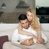 Junge Paare zu Hause lizenzfreie stockfotos