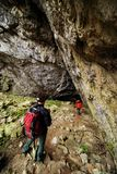 Junge Paare zum Eingang in Cioclovina-Höhle stockbild