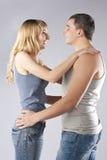 Junge Paare zusammen auf grauem Hintergrund Lizenzfreie Stockfotografie