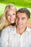 Junge Paare zusammen, draußen lizenzfreies stockfoto