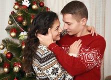Junge Paare zusammen mit Weihnachtsbaum im Hauptinnenraum - Liebes- und Feiertagskonzept, Weihnachtsvorabend Stockbild