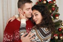 Junge Paare zusammen mit Weihnachtsbaum im Hauptinnenraum - Liebes- und Feiertagskonzept, Weihnachtsvorabend Stockfoto