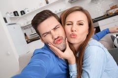 Junge Paare zusammen weekend zu Hause, lustige Fotos machend Lizenzfreies Stockbild