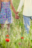 Junge Paarholdinghände Lizenzfreies Stockfoto