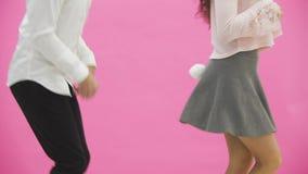 Junge Paarstellung auf rosa Hintergrund Während dieser Zeit reproduzieren sie Bewegungen der Bewegung Junges Küken in Wanne, 2 ma