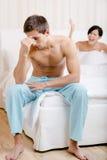 Junges Paar argumentiert im Bett Stockbilder