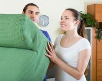 Junge Paarverbesserung der Tätigkeit zu Hause Lizenzfreies Stockbild