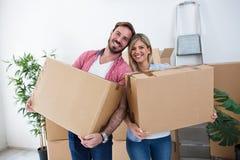 Junge Paarverpackungskästen für das Bewegen Lizenzfreies Stockbild