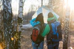 Junge Paarwanderer, die Karte betrachten Stockbilder