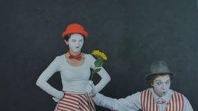 Junge Pantomimen mit Blume Lizenzfreie Stockfotografie