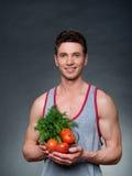Junge passten den Trainer und Ernährungswissenschaftler, die eine Schüssel Gemüse halten Stockfotos