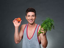 Junge passten den Trainer und Ernährungswissenschaftler, die eine Schüssel Gemüse halten Stockfoto