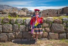 Junge peruanische Frau in der traditionellen Kleidung, Cusco stockfotografie