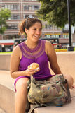 Junge peruanische Frau mit Empanada Stockfoto