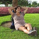 Junge peruanische Frau mit Rucksack im Park Stockbild