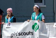 Junge Pfadfinderinnen mit Fahne Stockfoto