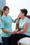 Junge pflegen das Interessieren für ihren Patienten lizenzfreie stockbilder