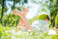 Junge am Picknick Lizenzfreie Stockbilder