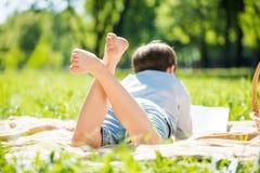 Junge am Picknick Stockbilder