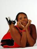 Junge Plus-Größe Afroamerikaner-Frau auf Fußboden Stockfotos