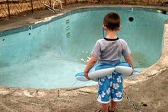 Junge am Pool Lizenzfreie Stockfotografie