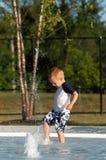 Junge am Pool Stockbilder