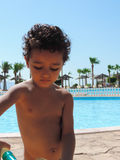 Junge am Pool stockfotografie