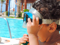 Junge am Pool lizenzfreie stockfotos