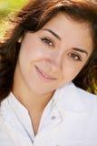 Junge positive Brunettefrau lizenzfreie stockfotografie