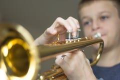 Junge Practiving-Horn Lizenzfreies Stockbild