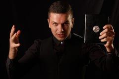 Junge Priesterholding und Schlüsselbibel mit bitcoin Logo lizenzfreies stockfoto