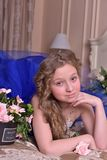Junge Prinzessin in einem blauen Abendkleid mit Rosen Lizenzfreies Stockfoto