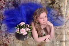 Junge Prinzessin in einem blauen Abendkleid mit Rosen Stockbild
