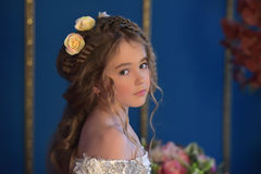 Junge Prinzessin mit dem langen Haar und den Blumen in ihrem Haar Stockbild