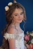 Junge Prinzessin mit dem langen Haar und den Blumen in ihrem Haar Lizenzfreies Stockfoto