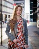 Junge professionelle kaukasische Frau, die auf Stadtstraße geht Stockfoto