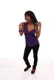 Junge purpurrote Spitzenjeans-Stellung der schwarzen Frau Stockfoto