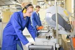 Junge qualifizierten die Leute, die gezwungen wurden, an der Fabrik zu arbeiten stockfoto