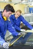 Junge qualifizierten die Leute, die gezwungen wurden, an der Fabrik zu arbeiten lizenzfreies stockbild