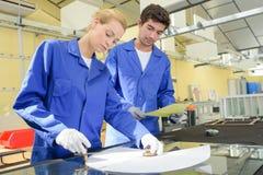 Junge qualifizierten die Leute, die gezwungen wurden, an der Fabrik zu arbeiten stockfotografie