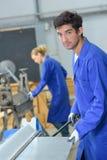 Junge qualifizierten die Leute, die gezwungen wurden, an der Fabrik zu arbeiten lizenzfreie stockfotos