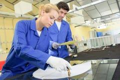 Junge qualifizierten die Leute, die gezwungen wurden, an der Fabrik zu arbeiten lizenzfreie stockbilder