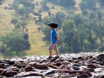 Junge am Rand einer Klippe lizenzfreies stockfoto