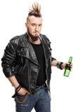 Junge rauchende Punkzigarette und halten Bier Lizenzfreies Stockbild