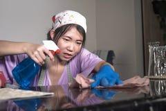 Junge recht überarbeitet und betonte asiatische koreanische Service-Mädchenfrau, die inländische Reinigung und Reinigung mit der  lizenzfreies stockfoto