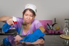 Junge recht überarbeitet und betonte asiatische koreanische Service-Mädchenfrau, die inländische Reinigung und Reinigung mit der  stockfoto