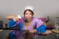 Junge recht überarbeitet und betonte asiatische koreanische Service-Mädchenfrau, die inländische Reinigung und Reinigung mit der  lizenzfreies stockbild