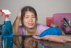 Junge recht überarbeitet und betonte asiatische koreanische Service-Mädchenfrau, die inländische Reinigung und Reinigung mit der  stockfotos