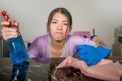 Junge recht überarbeitet und betonte asiatische koreanische Service-Mädchenfrau, die inländische Reinigung und Reinigung mit der  stockfotografie